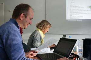 Kursister arbejder med manuskripter