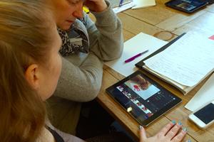 Kursusdeltagere skriver manuskript til deres historier