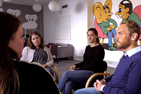 Unge mødes i TUBA for at tale om deres oplevelser, som børn i en misbrugsfamilie.